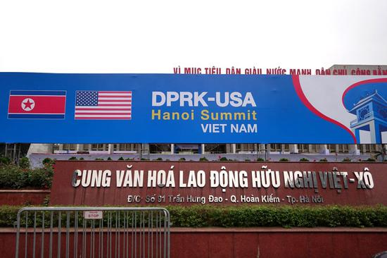 2月23日,在越南河内,新闻中心外朝美河内峰会的背景板。新华社记者林昊摄