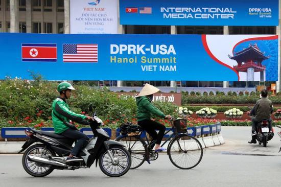 2月24日,在越南首都河内,人们经过朝美领导人第二次会晤国际媒体中心。新华社记者王迪摄