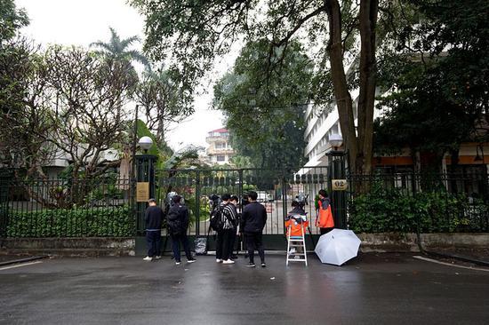 2月23日,在越南河内,在政府宾馆侧面外守候的媒体记者。新华社记者林昊摄
