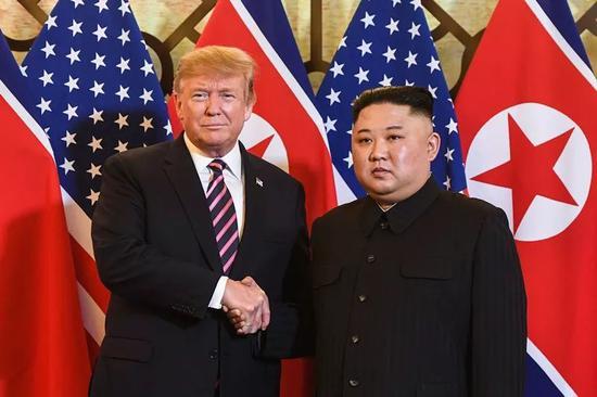 2月27日,在越南首都河内,朝鲜最高领导人金正恩(右)与美国总统特朗普会面。新华社/法新