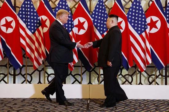 2月27日,在越南首都河内,朝鲜最高领导人金正恩(右)与美国总统特朗普会面。新华社/美联