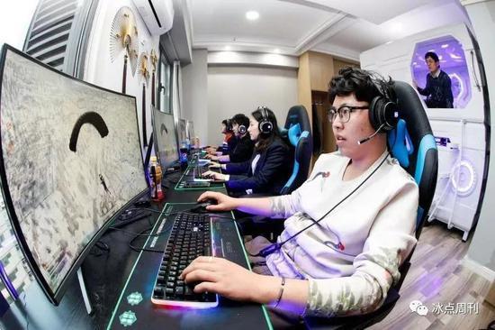 2019年1月1日,山西太原某电竞主题酒店房间内青年男女组团开房正在玩热门游戏《绝地求生》。视觉中国供图