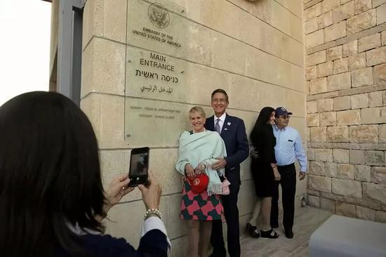 这是2018年5月14日人们在美国驻以色列大使馆门前拍照的资料照片。新华社/美联