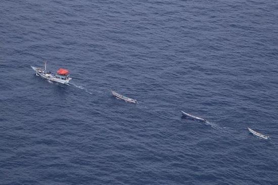 ▲母船拖着小艇机动
