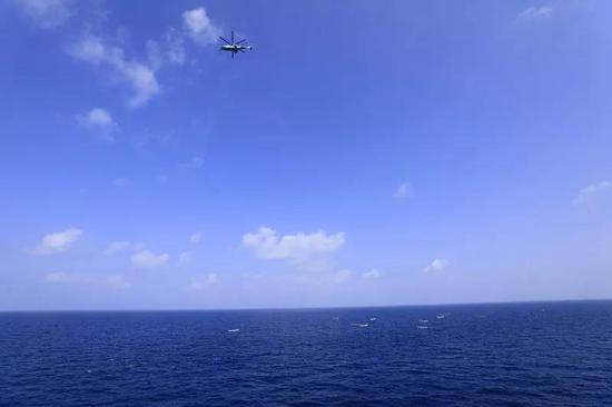 ▲直升机临空抵近侦察海面情况