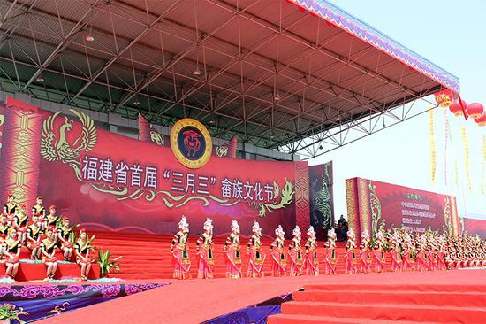 """△畲族歌舞团创作的舞蹈《凤凰到此》。每年的""""三月三"""",当地都会举办畲族文化节。"""