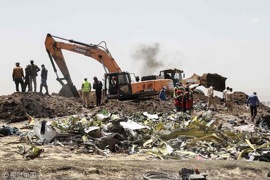 3月11日,埃塞俄比亚航空坠机现场的残骸清理和遗体搜寻工作正在进行 @视觉中国