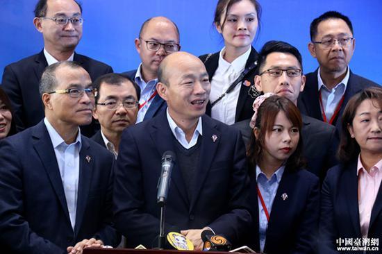 韩国瑜在签约现场回答记者提问。(中国台湾网 尹赛楠 摄)