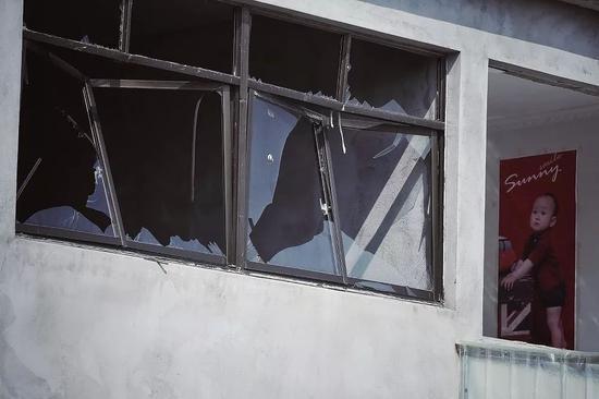 ▷ 爆炸点附近的村庄损毁严重