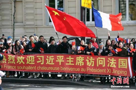 当地时间3月25日,华侨华人和留学生代表在法国首都巴黎凯旋门附近热烈欢迎习近平主席访问法国。中新社记者 盛佳鹏 摄