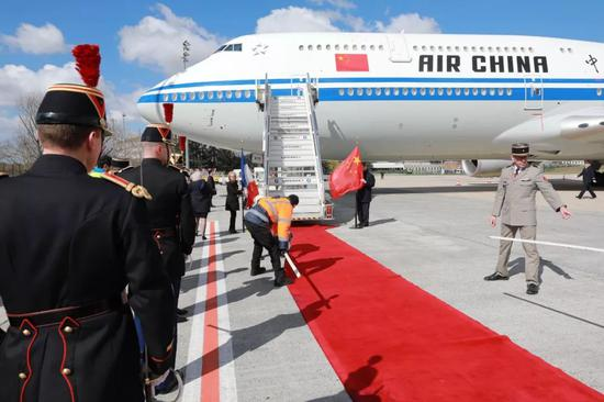 △当天中午,习近平专机抵达戴高乐机场。这是舱门开启前工作人员在做准备工作。(央视记者拍摄)