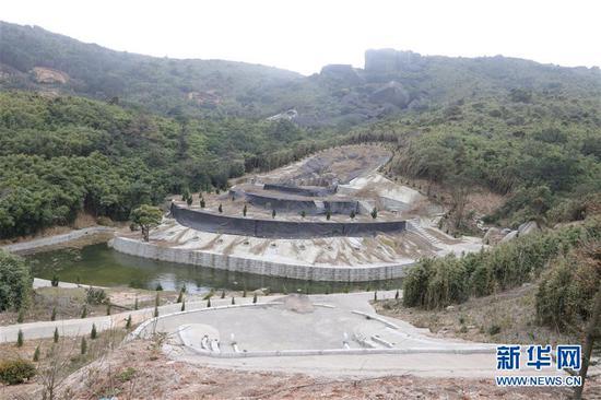 福州市长乐区江田镇南阳山腹地,一座大墓前还自建了风水池(3月14日摄)。新华社记者 姜克红 摄