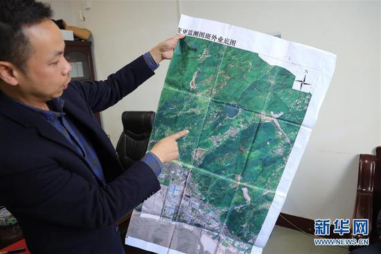 福清市城头镇一名干部展示坟墓整治过程中参照使用的卫星地图(3月26日摄)。新华社记者 姜克红 摄