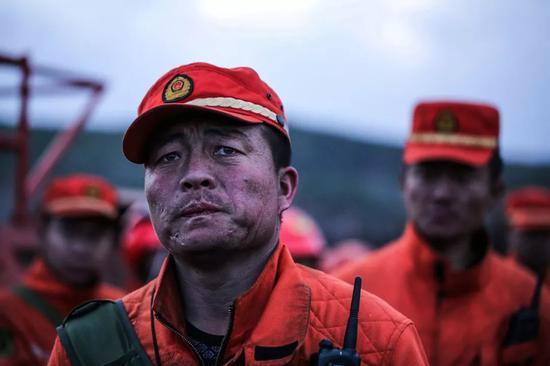 △ 2017年5月4日,内蒙古大兴安岭,一名武警森林战士看着被烧毁的一片片白桦林。