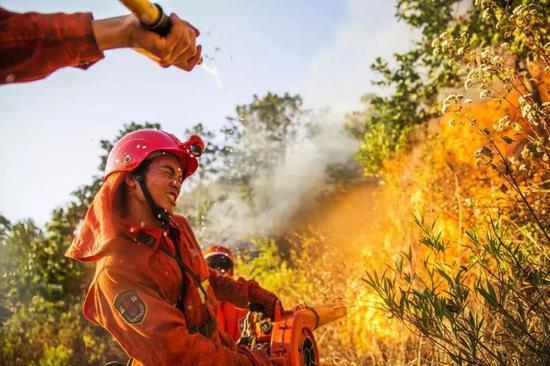 △2015年3月8日,四川西昌,武警四川省森林总队凉山支队在森林灭火作战。