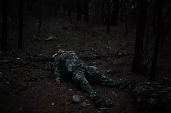 △2018年4月9日,四川凉山木里,一名森林消防员躺在森林中休息。