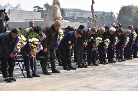 游客向南京大屠杀遇难者致哀