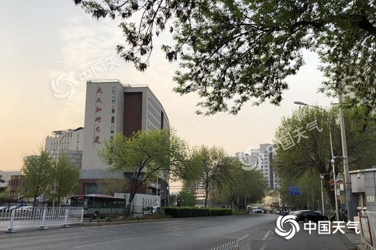 今晨,北京天气有些阴沉。(图/王晓)