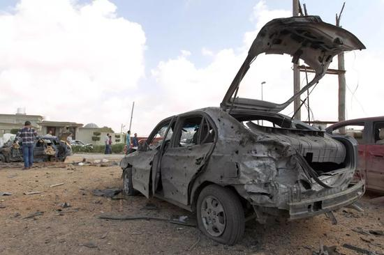 这是2014年3月17日在利比亚班加西拍摄的被汽车炸弹炸毁的一辆汽车。(新华社/法新)