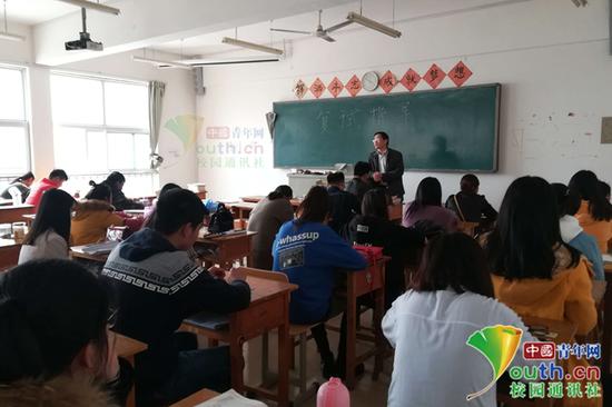 图为老师在给该班级考研学生进行复试指导。受访者供图