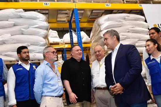 4月14日,美国国务卿蓬佩奥在哥伦比亚总统杜克陪同下参观西蒙·玻利瓦尔国际大桥附近的仓库。新华社/路透