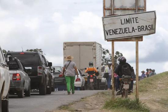 2月21日,在委内瑞拉圣埃伦娜德瓦伊伦,车辆在委内瑞拉与巴西边界等待通关。新华社/路透