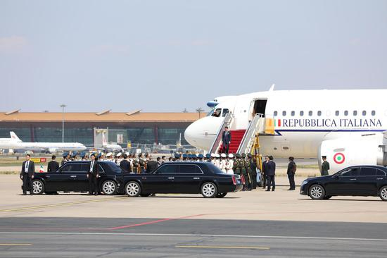 △26日中午13點45分,意大利總理孔特乘專機抵達北京。在出席高峰論壇的39位外方領導人中,他是最后一個抵達的。(央視記者魏幫軍拍攝)