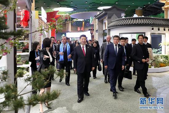 4月28日,国家主席习近平和夫人彭丽媛在北京延庆同出席2019年中国北京世界园艺博览会的外方领导人夫妇共同参观园艺展。 新华社记者 丁海涛 摄
