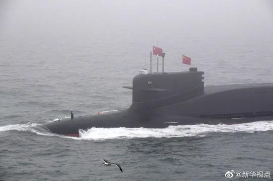4月23日,亮相中国海军成立70周年海上阅兵的新型国产核潜艇。摄影/李紫恒