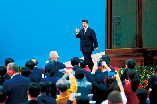"""2019年4月27日,第二届""""一带一路""""国际合作高峰论坛在北京雁栖湖国际会议中心举行圆桌峰会,国家主席习近平主持会议并致开幕辞。圆桌峰会闭幕后,习近平会见中外记者,介绍第二届""""一带一路""""国际合作高峰论坛圆桌峰会情况和主要成果。这是习近平步入记者会现场。 新华社记者 姚大伟/摄"""