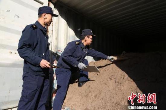 (图为海关工作人员查获固体废物 图源:中新网)