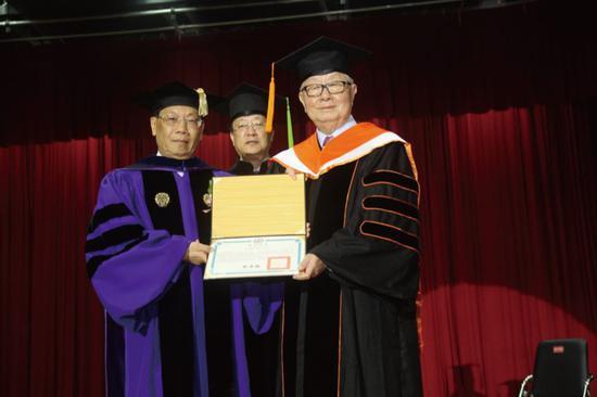 2015年6月13日,台湾亚洲大学校长颁授名誉博士给台积电董事长张忠谋(右一)