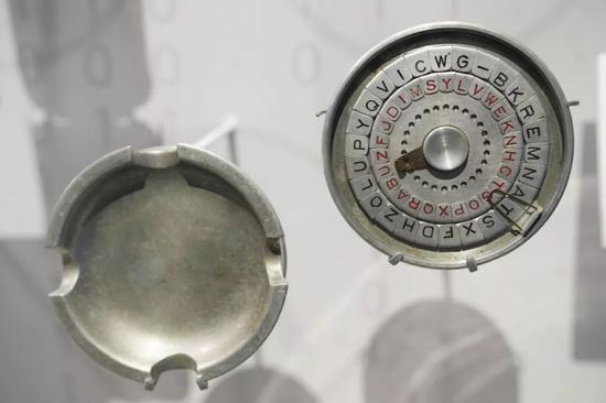 在位于美国华盛顿的国际间谍博物馆,一款二战期间使用的伪装成烟灰缸的密码表。新华社记者刘杰摄