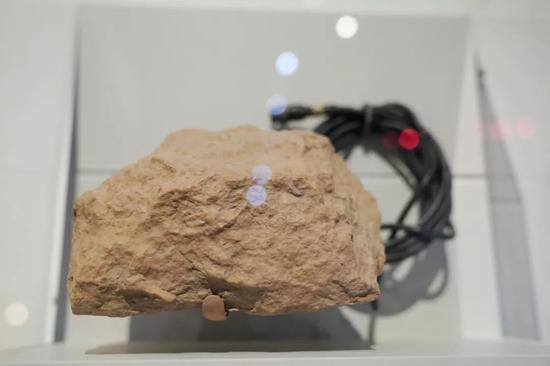 """在位于美国华盛顿的国际间谍博物馆,一款可以探测车辆数量和类型的伪装""""石块""""。新华社记者刘杰摄"""