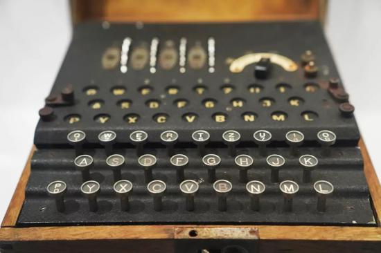 在位于美国华盛顿的国际间谍博物馆,一款恩尼格玛密码机。新华社记者刘杰摄