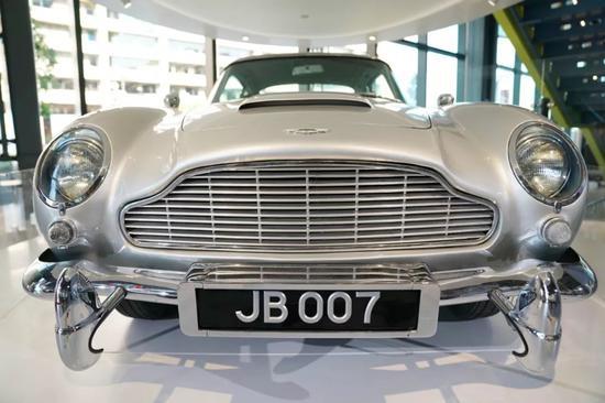 在位于美国华盛顿的国际间谍博物馆,1964年007电影《金手指》中特工詹姆斯·邦德的座驾阿斯顿·马丁D85。新华社记者刘杰摄