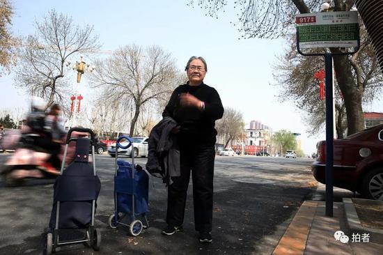 """经过54站,917快到达河北省保定市涞水县政府,严敏文脱下外套搭在胳膊上,""""这天儿说热就热了"""",穿着毛衣的她头上直冒汗。新京报记者尹亚飞摄"""