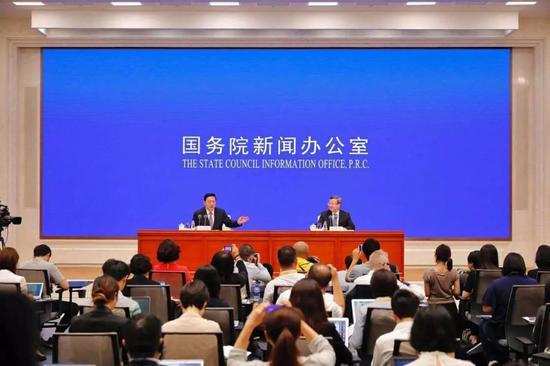 商务部副部长兼国际贸易谈判副代表王受文(右)解读白皮书有关情况
