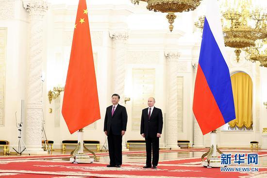 6月5日,国家主席习近平在莫斯科克里姆林宫同俄罗斯总统普京会谈。这是会谈前,普京总统在克里姆林宫乔治大厅为习近平举行隆重欢迎仪式。 新华社记者 丁林 摄