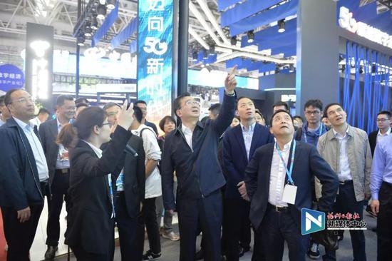 王宁在数字中国建设成果展览会调研5G应用。张人峰/摄