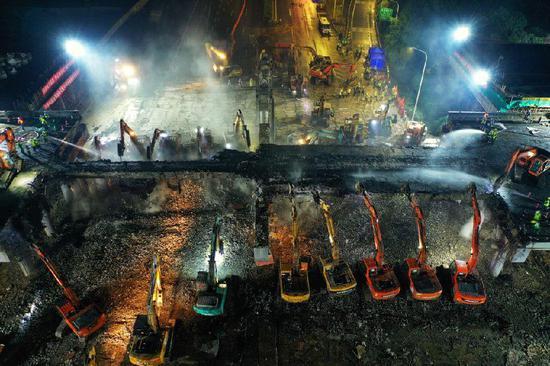 图为5月26日凌晨拍摄的芙蓉大道京沪高速跨线桥拆除施工现场。新华网 发