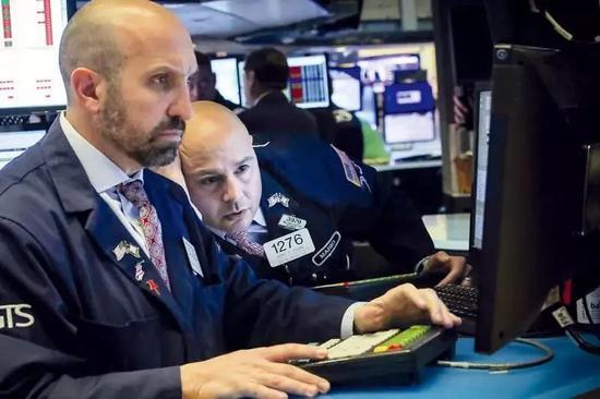 ▲5月13日,在中国宣布对美国加征关税采取反制措施后,纽约股市三大股指大幅下跌。图为当日美国纽约证券交易所两名表情凝重的交易员。( 新华社/路透)