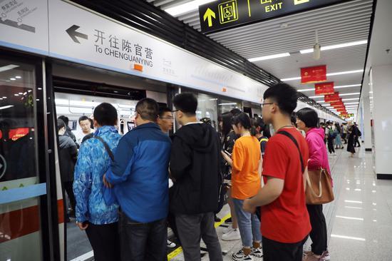 乘客在兰州地铁1号线排队上车(新华社)