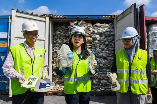 马来西亚巴生港,马来西亚能源、科学、科技、气候变化及环境部长杨美盈(Yeo Bee Yin)5月28日向媒体展示装在集装箱里的塑料垃圾。/视觉中国