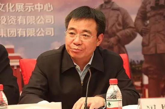 """熊抱央视女主持人的""""网红书记"""" 因充当保护伞落马"""