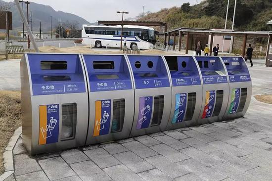 日本名古屋至东京高速路休息处的分类垃圾箱。/视觉中国
