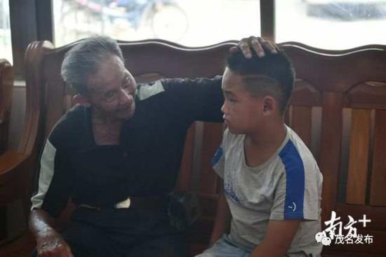 梁德华与获救男童。