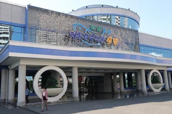 去年建成运营的平壤大同江海鲜餐厅↑