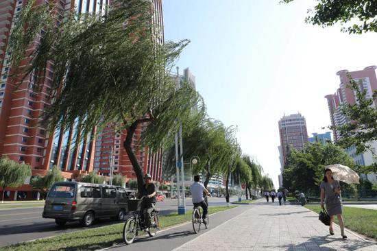 平壤市大同江畔的未来科学家大街↑