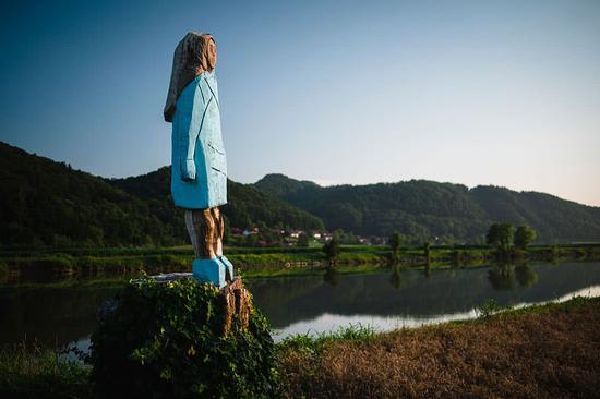 """""""梅拉尼娅""""眺望""""故乡的山川与河流""""(视觉中国)"""